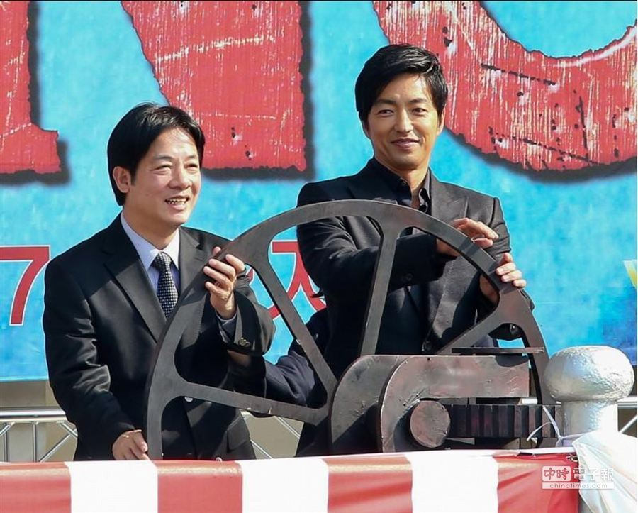 台南市長賴清德和大澤隆夫一同操控開啟水閘門的手輪。(羅永銘攝)