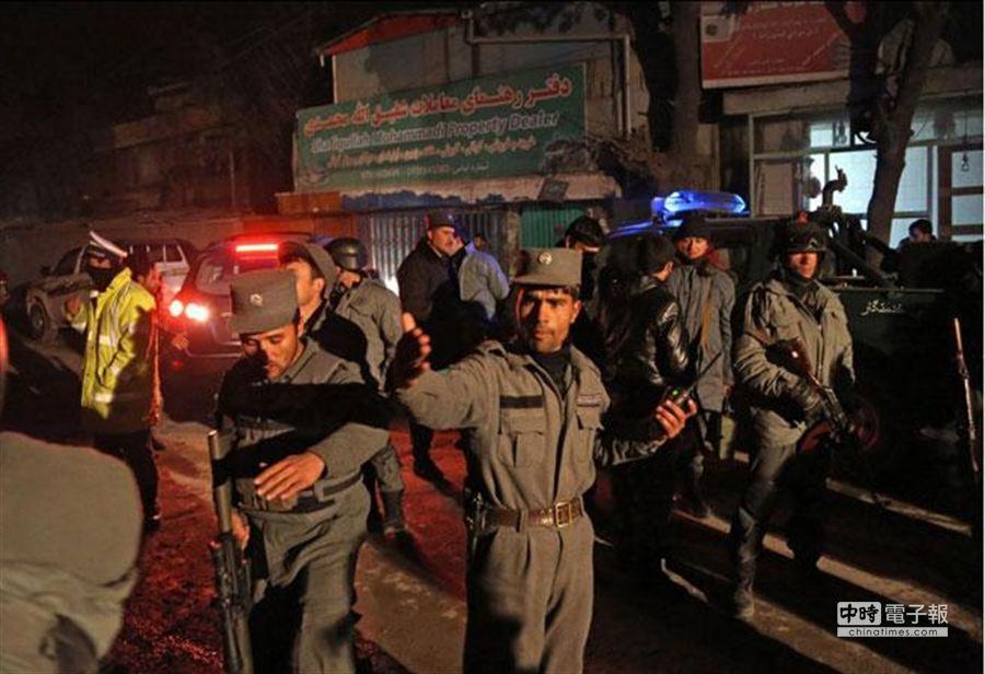 阿富汗首都喀布爾使館區驚傳遭塔利班自殺爆炸客攻擊,IMF證實其常駐代表已經遇害。圖為阿國軍警將事發地點封鎖調查。(美聯社)