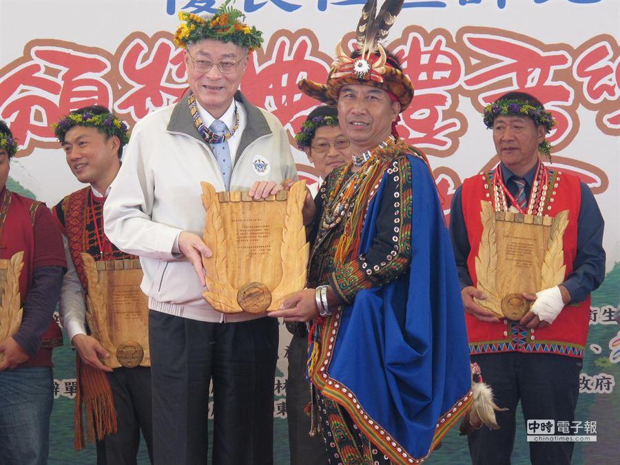 吳敦義頒獎給社區營造得主。(柯宗緯攝)