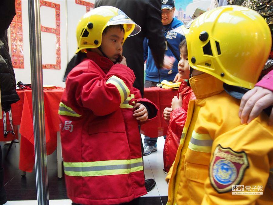 小朋友穿上消防衣體驗當打火英雄。(林郁平攝)