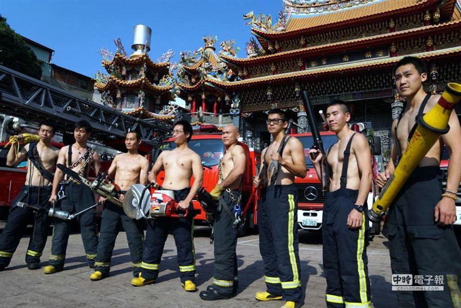 消防猛男宣導消防節。(高雄市消防局提供)