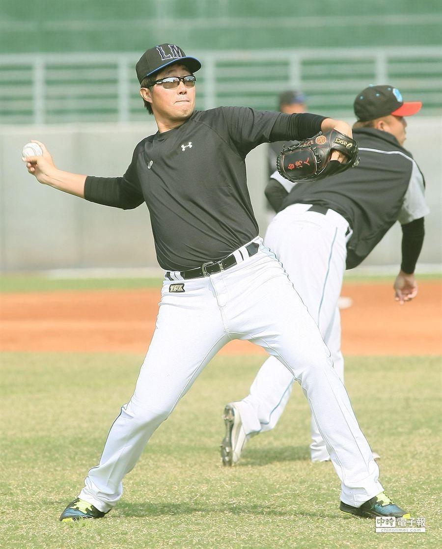 加入桃猿隊的旅日投手許銘傑,19日前往屏東球場加入桃猿隊春訓開始練球。(謝明祚攝)