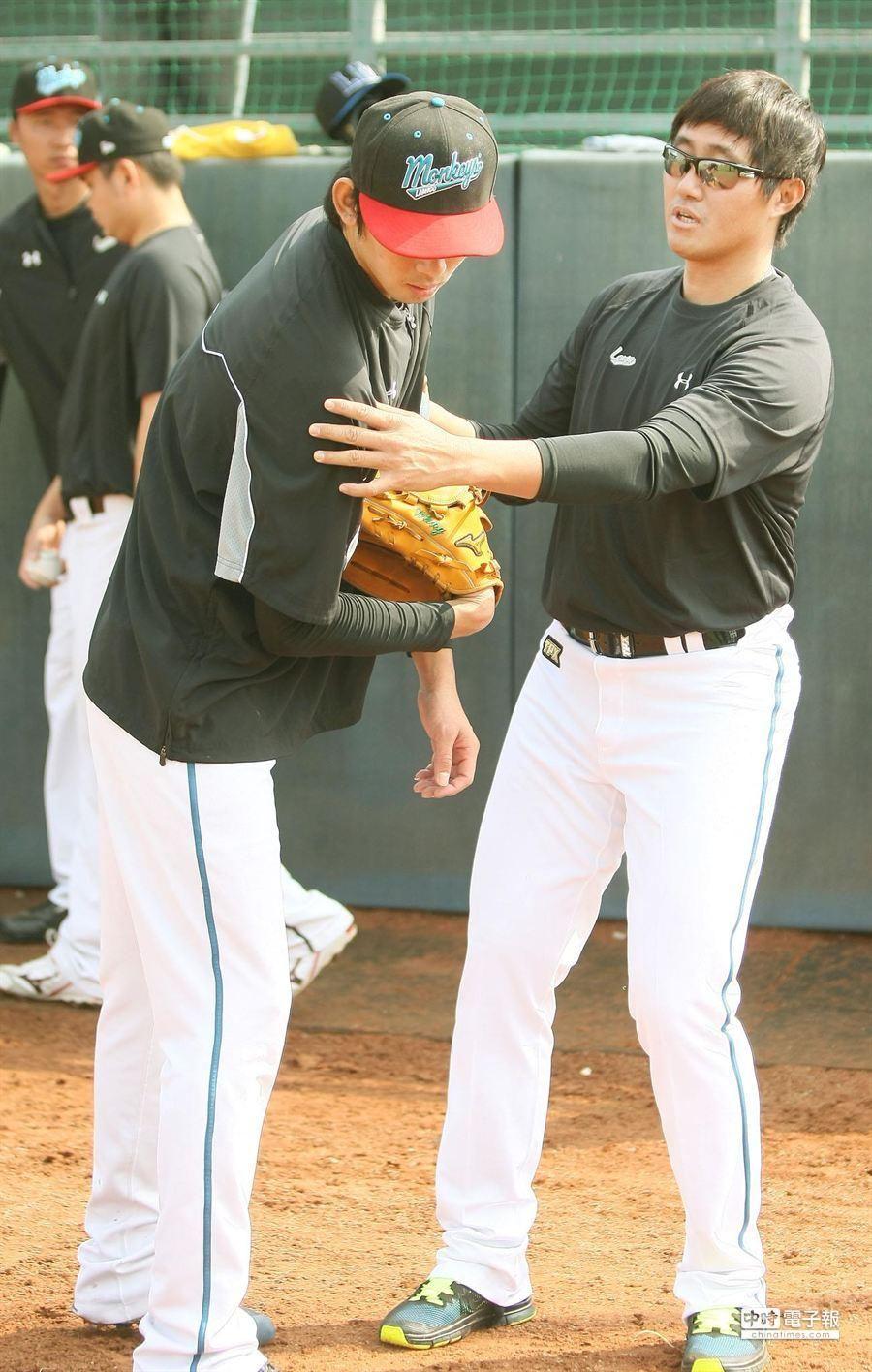加入桃猿隊的旅日投手許銘傑(右),19日前往屏東球場加入桃猿隊春訓開始練球,並與隊友相互切磋。(謝明祚攝)