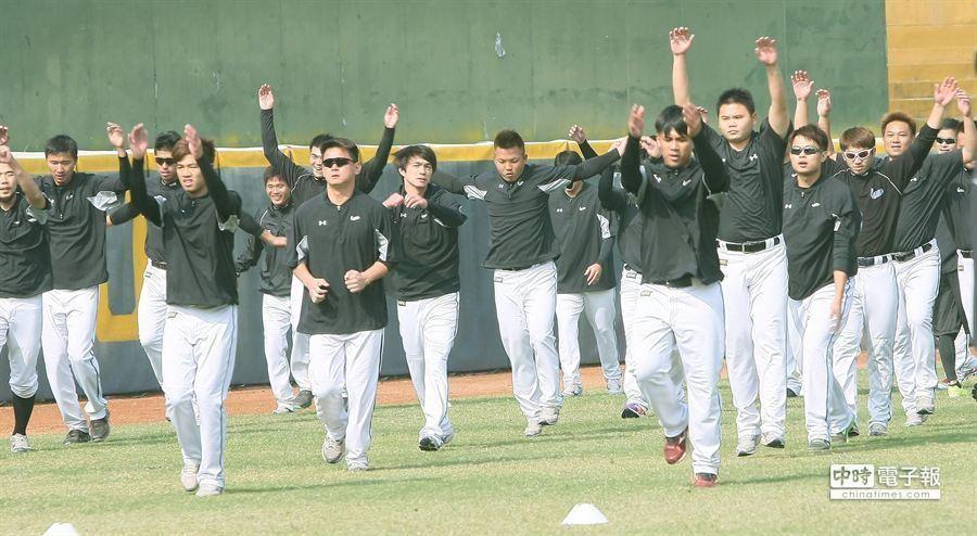 桃猿隊在屏東球場舉行春訓,球員們積極練球。(謝明祚攝)
