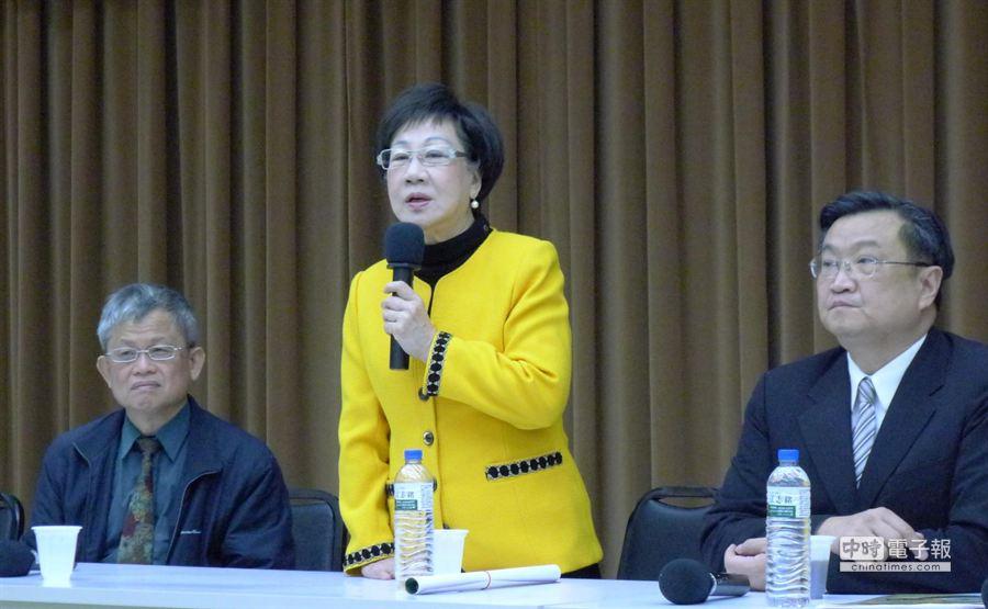 前副總統呂秀蓮(中)今日出席活動時,再度對台大醫師柯文哲開砲。(江慧珺攝)