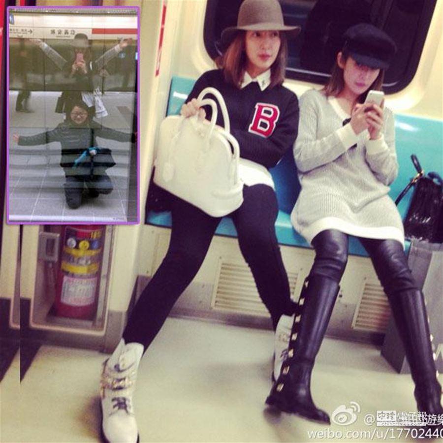 楊謹華(左)、蕭亞軒一起坐捷運,兩人還與友人在捷運站擺起千手觀音照(小圖)。(取材自楊謹華微博)