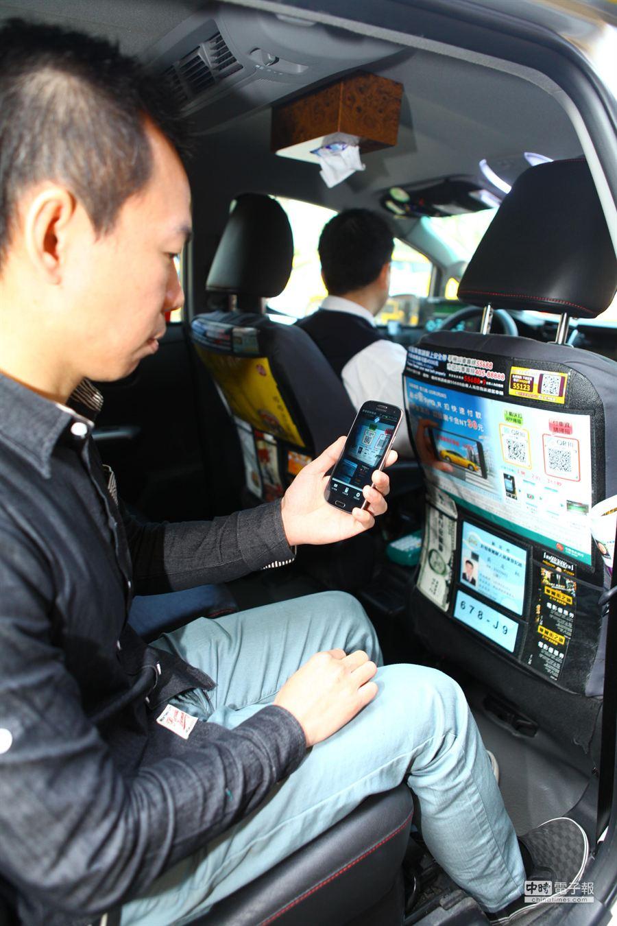 台灣大車隊年終推優惠,與中國信託、中華電信合作「手機QR扣」付款服務,乘客可享30元優惠。(張立勳攝)
