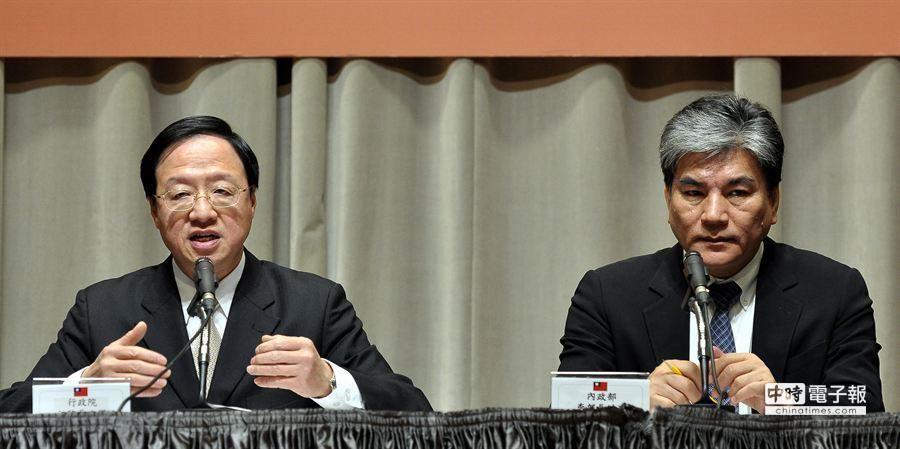 行政院長江宜樺(左)20日與內政部長李鴻源(右)一同召開記者會表示,將針對立法院剛三讀通過的地政士法進行覆議。(季志翔攝)