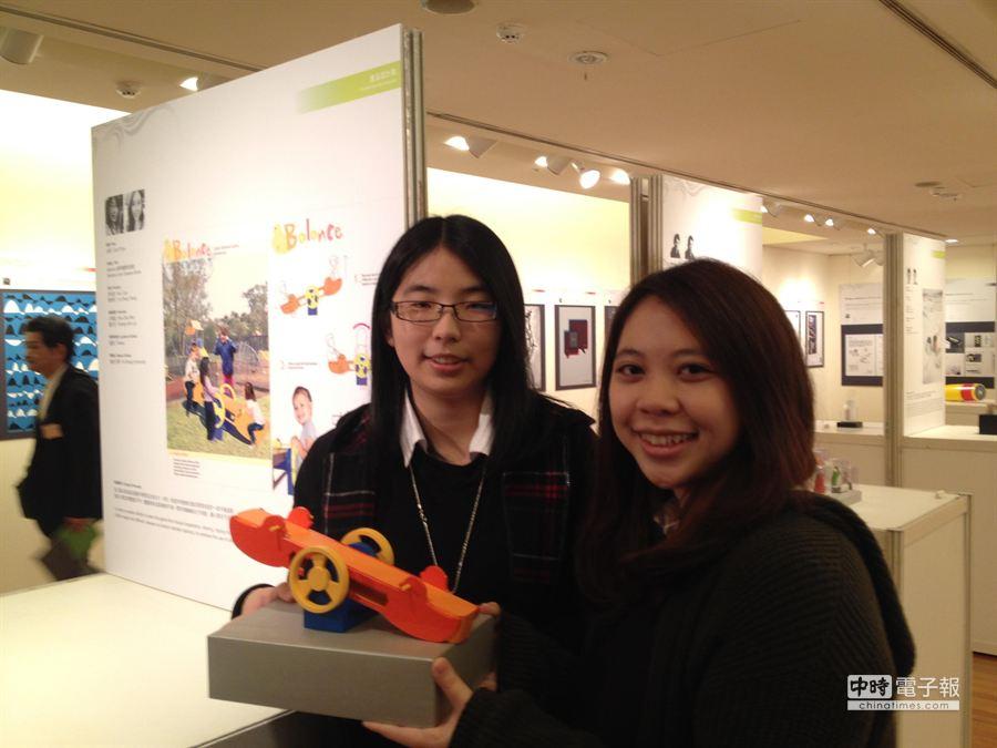 佛光大學學生李思誼(左)、曾郁程(右)在設計競賽得金獎。(林志成攝)