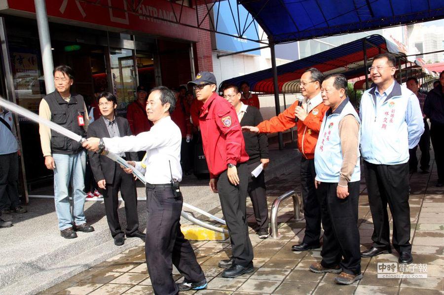 苗栗縣消防局加強消防管理人的訓練與實務操作。(陳慶居攝)