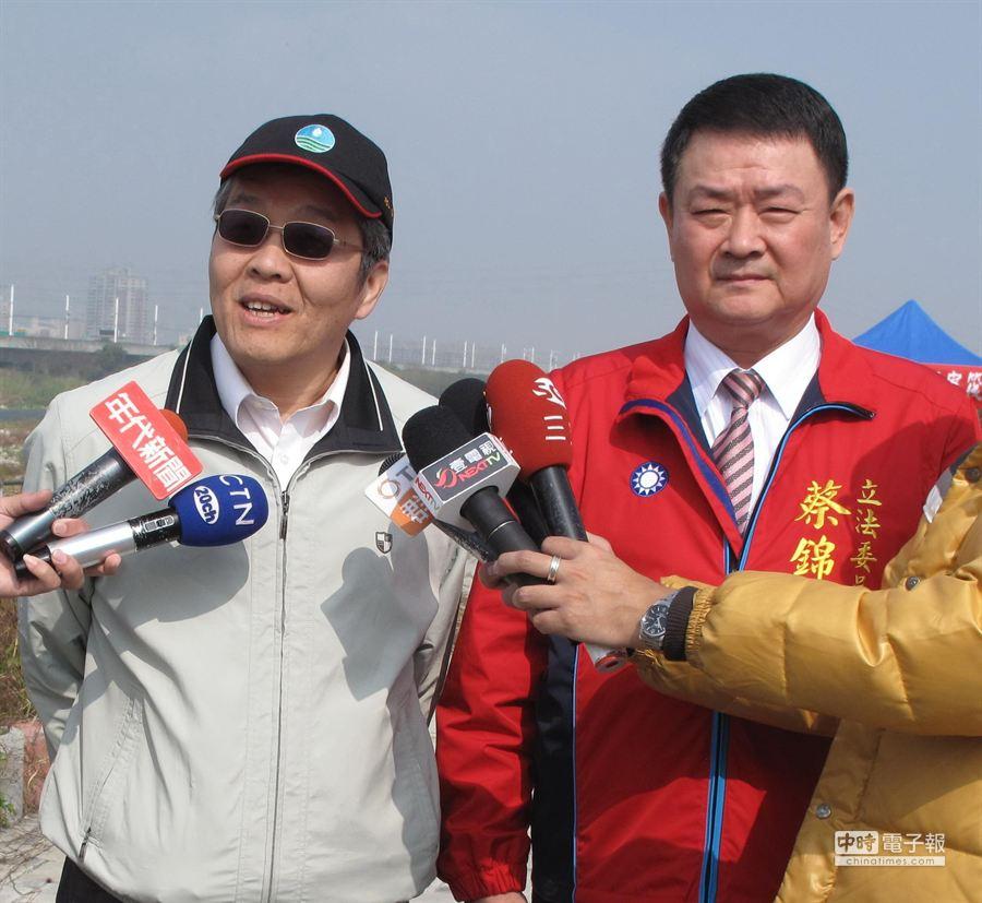 水利署總工程師曹華平(左)向立委蔡錦隆承諾筏子溪2月將動工,9月完工打造台中市的左岸。(盧金足攝)