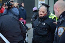84歲中國老人紐約過馬路 遭員警打傷