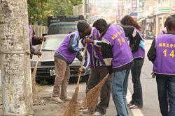 輔英科大清潔社區 甘比亞學生幫掃街