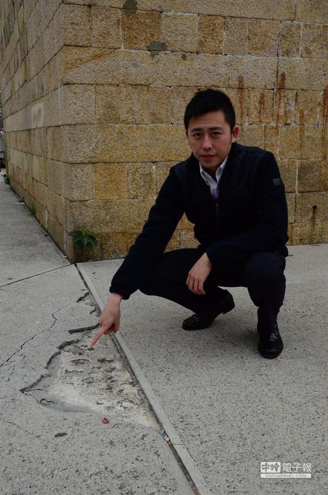 市議員林智堅接獲家長投訴,竹市重要景點「東門城」缺乏維護,景觀破落「落漆」,要求市府1周內改善。(黃筱珮攝)