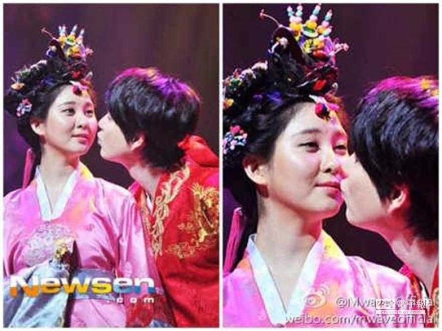 徐玄跟圭賢因演舞台劇而接吻,粉絲心碎。(翻攝自微博)