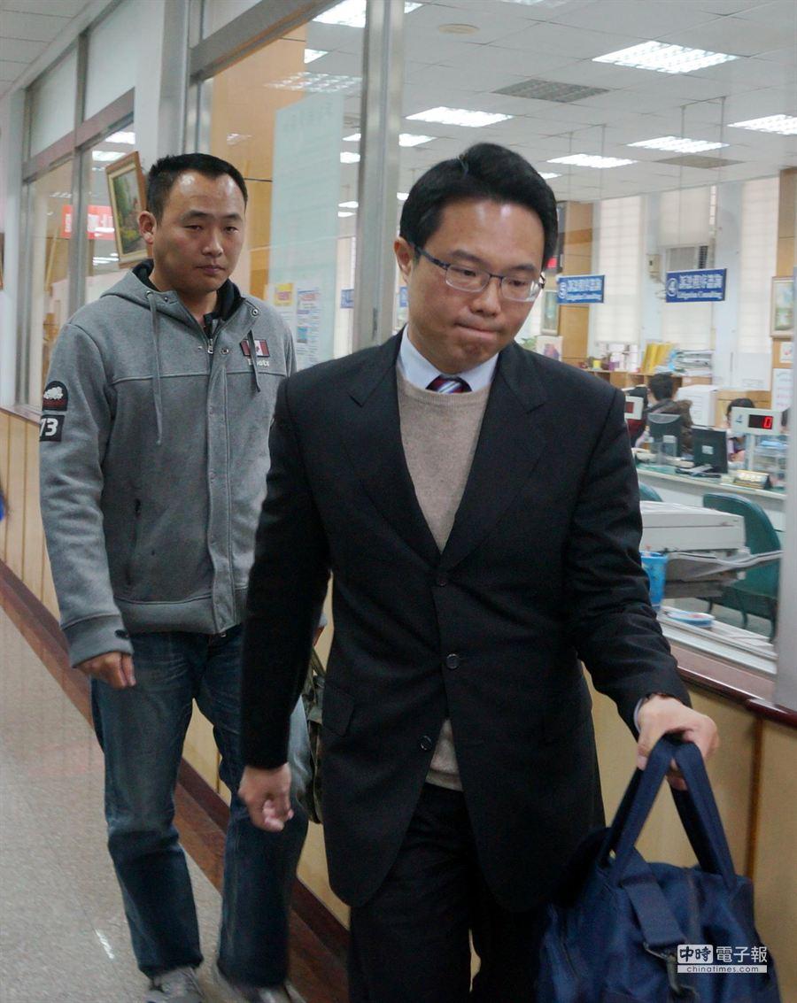 269旅憲兵官郭毓龍(左)試圖以行政疏失為自己無罪脫身。(甘嘉雯攝)