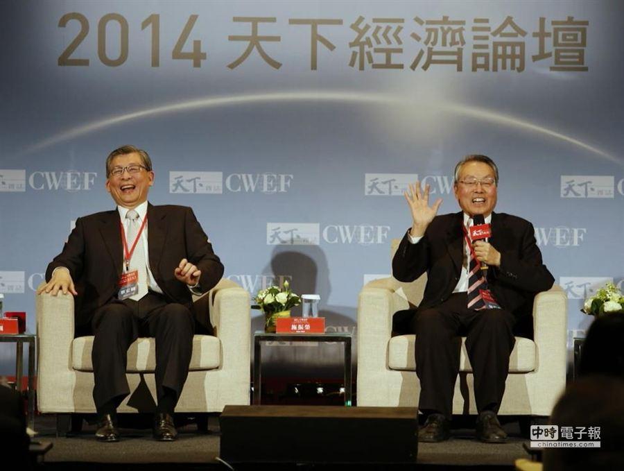 施振榮(右)與蔡宏圖(左)出席「臺灣向前行」與談,兩人對話妙語如珠。(陳振堂攝)