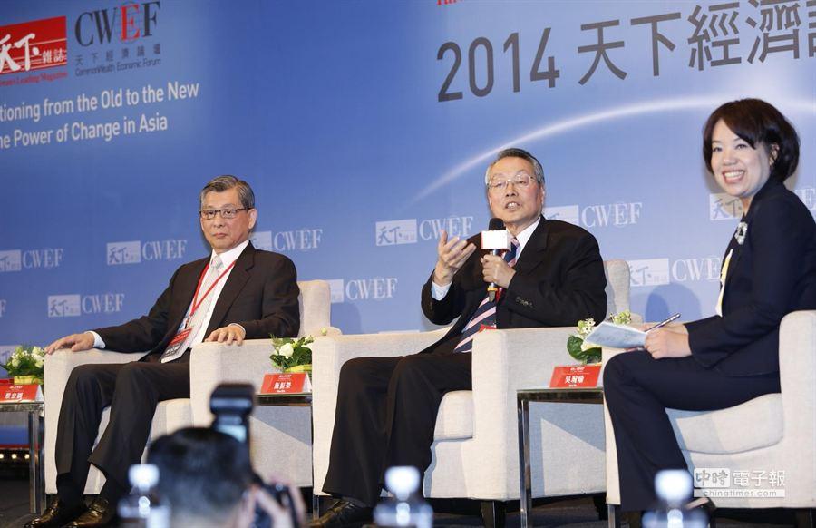 施振榮(中)與蔡宏圖(左)出席「臺灣向前行」與談。(陳振堂攝)