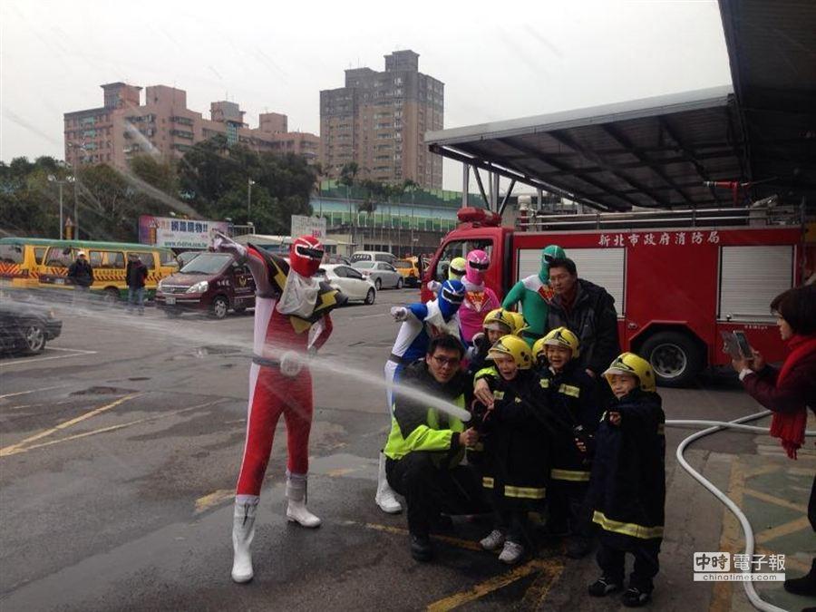 消防局也邀請小朋友參加演練,小小年紀扮起消防員,模樣相當可愛。(頂埔消防分隊提供)