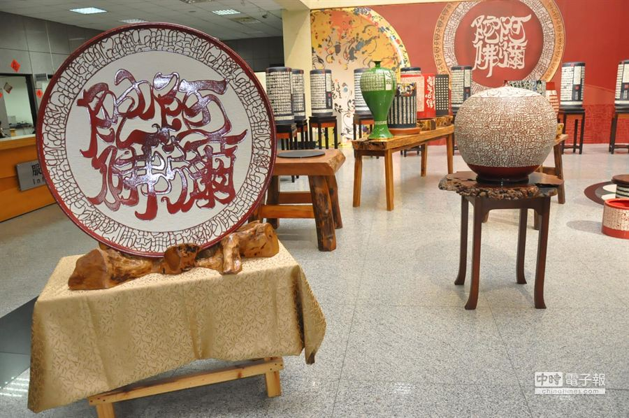 佛經瓷刻巨型陶瓶展覽,相當壯觀。(甘嘉雯攝)