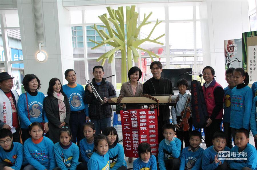 周大觀文教基金會推動二手樂器捐贈活動,101董事長宋文琪也捐出最心愛的古箏響應。(周大觀文教基金會提供)