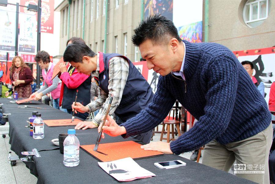 屏市長葉壽山(右)為書法展題字,也為展覽揭開序幕。(市公所提供)