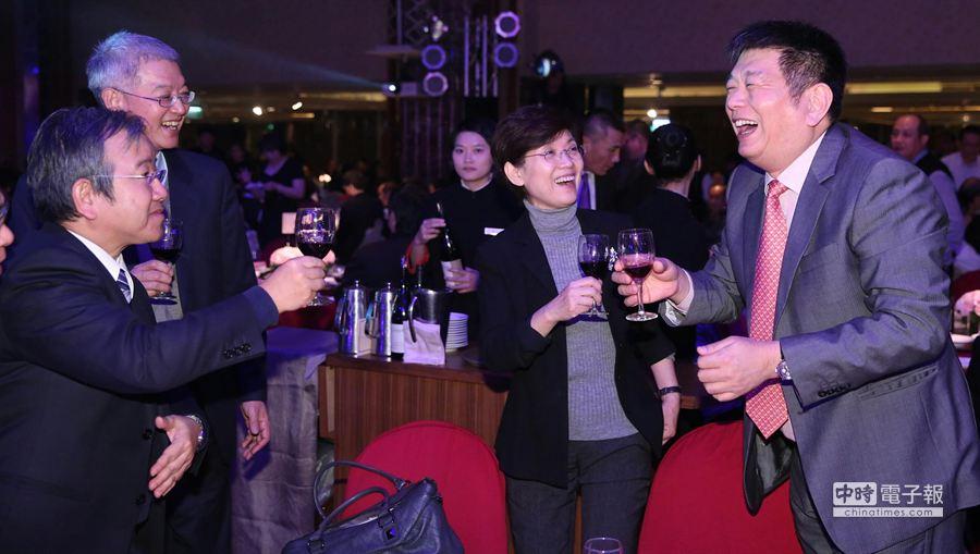 興富發董事長鄭欽天(右)逐桌向蒞臨的貴賓敬酒。(王爵暐攝)