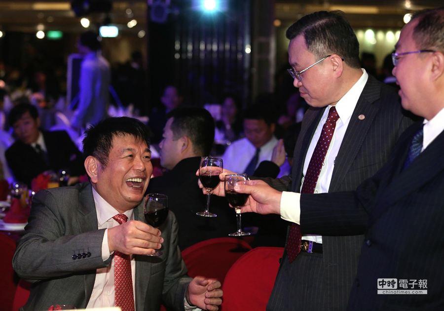 興富發董事長鄭欽天(左)舉杯向旺旺中時媒體集團副總裁吳根成(右二)致意。(王爵暐攝)