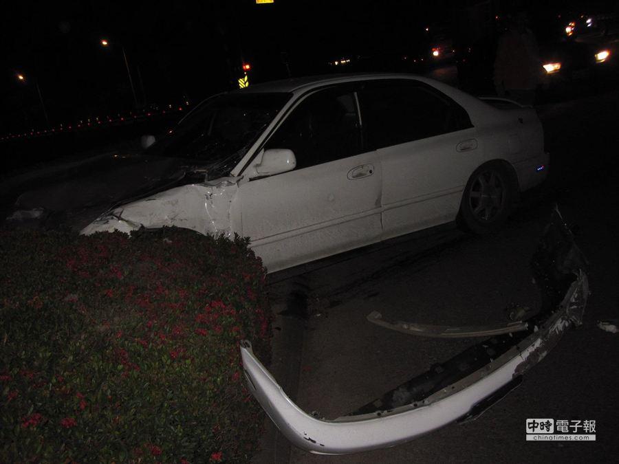 屏東戰備跑道發生自小客車與小貨車車禍意外,造成1死4傷。(郭韋綺翻攝)