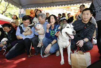 民眾帶著愛犬 宣讀認養宣言