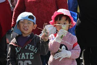 5歲雙胞胎逗熱鬧 巧拔龍鳳蘿蔔