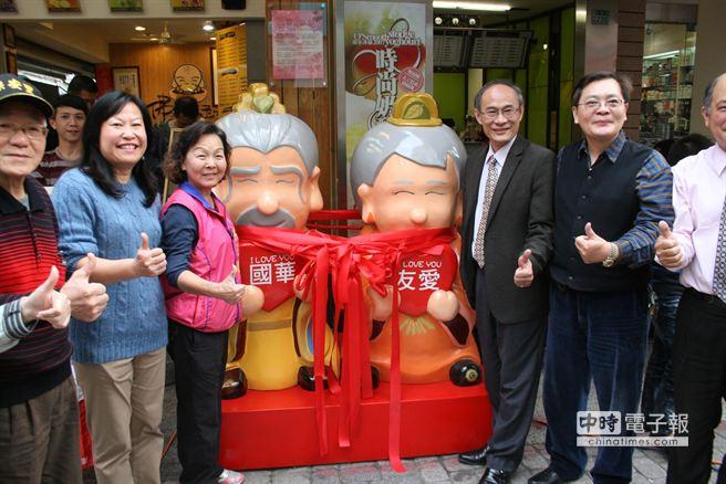 遊客只要與國華公公與友愛婆婆合照打卡,就享有店家優惠。(程炳璋攝)