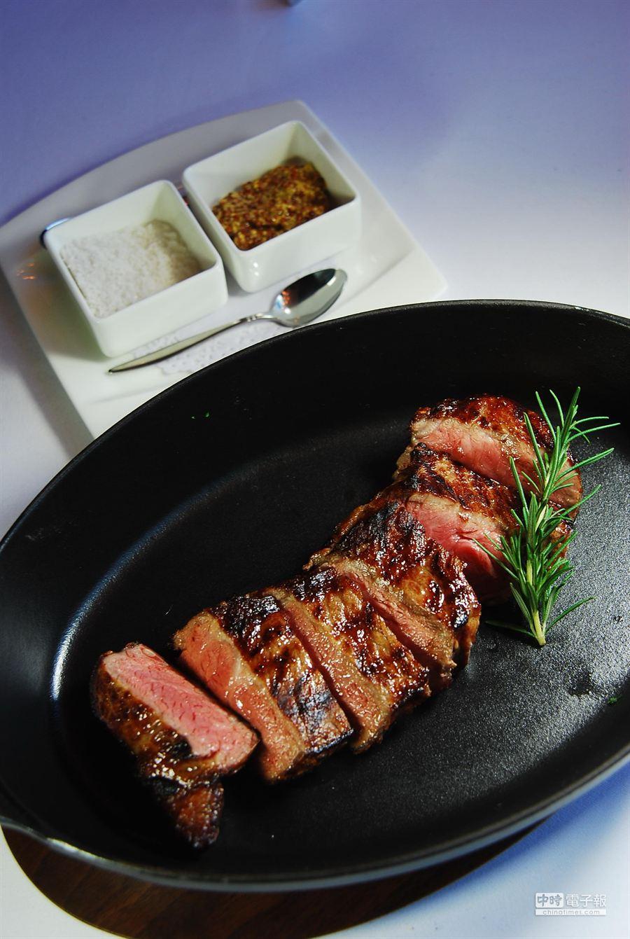 隨著MEATGQ開幕,台中食家饕客可以享受用鋳鐵鍋盛裝的高檔牛排。(姚舜攝)