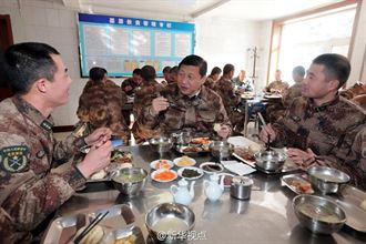 習近平著野戰服和邊防部隊用餐