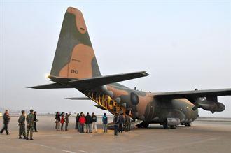 軍機支援 67人回金門圍爐