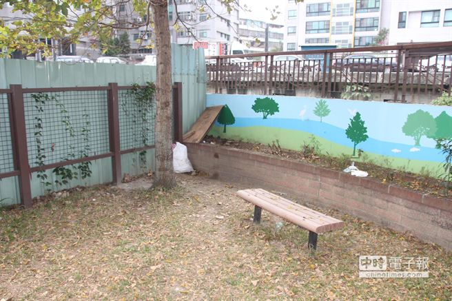 新北市一名32歲李姓男子疑與女友吵架,在公園內持水果刀刺胸部自殺。(葉書宏攝)
