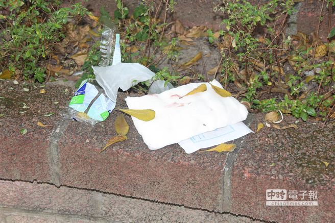 新北市一名32歲李姓男子疑與女友吵架,在公園內持水果刀刺胸部自殺,現場還有止血的紗布。(葉書宏攝)
