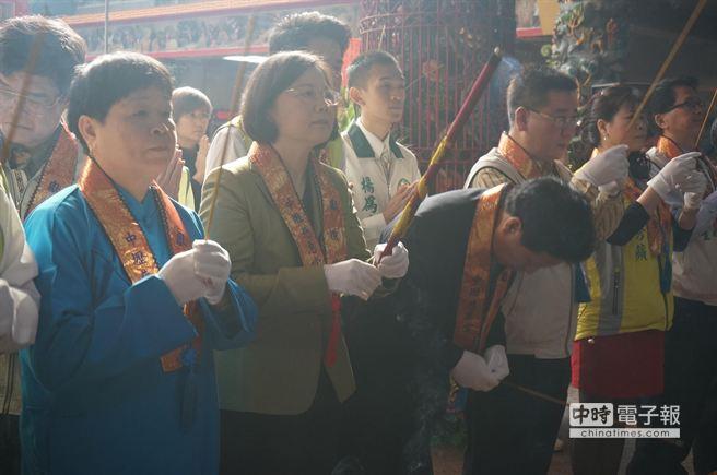 蔡英文向慈惠堂主神王母娘娘祝禱,希望神明保佑台灣。(楊宗灝攝)
