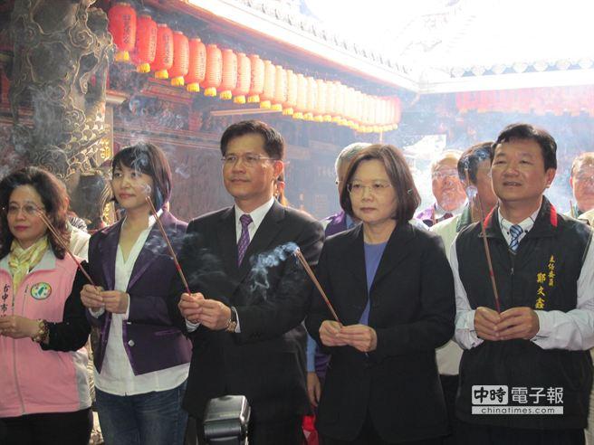 民進黨前主席蔡英文(右二)今早偕同立委林佳龍(右三)市議員賴佳微(左二)、翁美春(左一)等人前往豐原慈濟宮參拜。(趙麗妍攝)