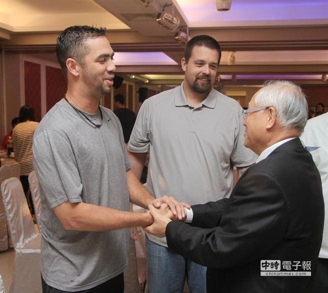 獅隊洋投費古洛(左)、邦勝(中)今天報到,在春酒上與董事長謝志鵬握手寒暄。(獅隊 提供)