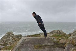 英遭大風襲擊 男子被颳「飛」