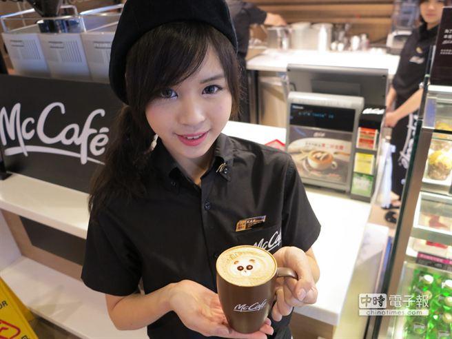 麥當勞McCafe 3顆星咖啡師郭奕廷認為,一杯好喝的咖啡影響一天的心情。(馮景青攝)