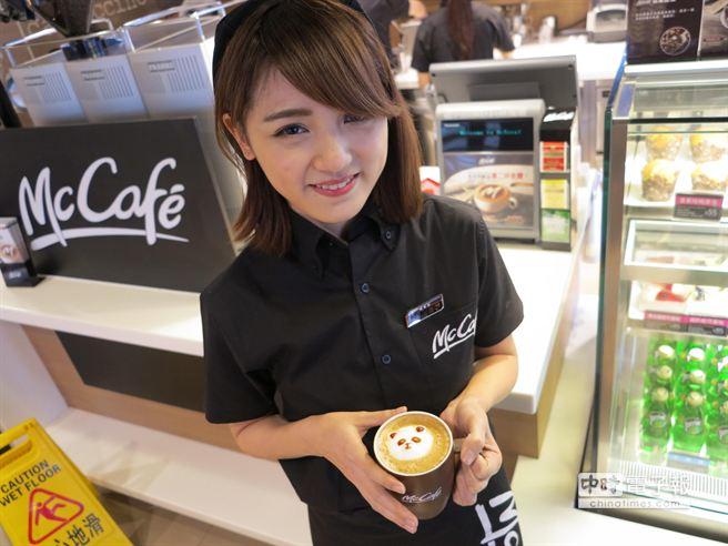 同樣也是8年級的咖啡師謝雨芝善於幫顧客挑選適合口味的咖啡。(馮景青攝)