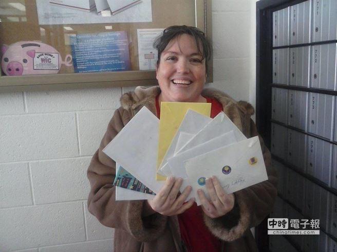 也有網友親筆寫祝賀信,郵寄到柯林家裡。柯林的母親表示將暫時保密,等到柯林生日當天給他一個驚喜。(摘自Happy Birthday Colin臉書網頁)