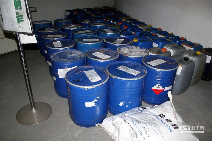 台南地檢署在邱爾為的豆牙菜鐵皮屋工廠,查扣數10桶用來沖洗豆牙菜的連二亞硫酸鈉等工業原料。(黃文博攝)