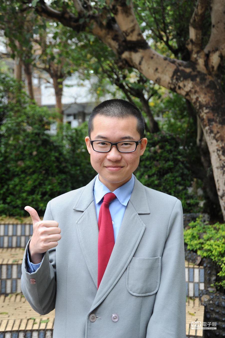 苗栗縣學測榜首陳靖霖,74級分可達醫科錄取標準,但他傾向選讀台大物理系。(陳慶居攝)