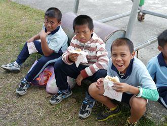 幸福餐車上山 招待原童吃漢堡