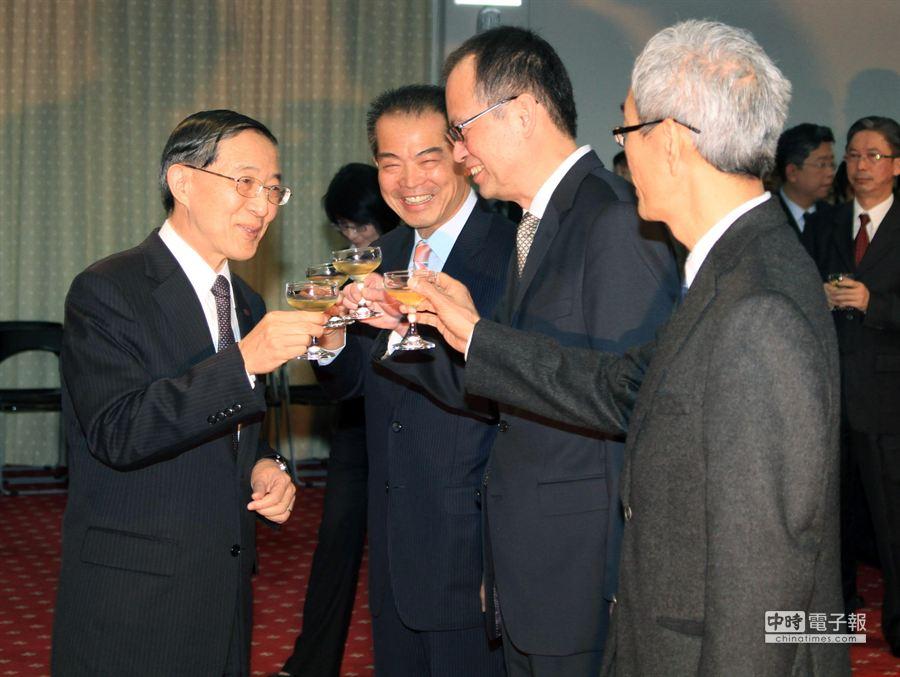 外交部長林永樂(左)在儀式後,與新任駐瑞士大使劉邦治(左二起)、駐紐約總領事章文樑、外交部國際傳播司長彭滂沱寒暄。(姚志平攝)