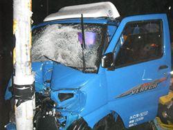 小貨車猛撞路旁燈桿 幸無生命危險