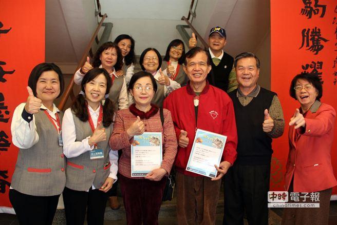 首次參觀屏東美術館的家庭主婦王惠媛(前排左三)幸運獲獎,開心承諾以後一定常來。(屏東市公所提供)